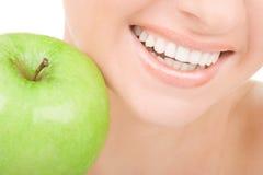Dientes y manzana sanos Fotos de archivo