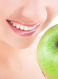 Dientes y manzana sanos Imágenes de archivo libres de regalías