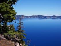 Diep blauw kratermeer Royalty-vrije Stock Foto's