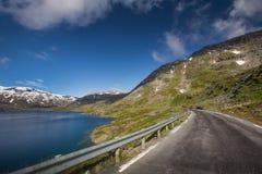 Diep blauw meer Djupvatnet met weg in Noorwegen Royalty-vrije Stock Afbeelding