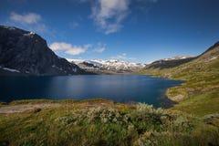Diep blauw meer Djupvatnet in Noorwegen Stock Afbeeldingen