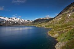 Diep blauw meer Djupvatnet in Noorwegen Royalty-vrije Stock Afbeelding