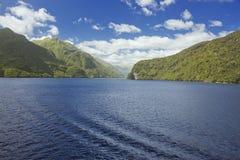 Diep blauw water in Duister Geluid royalty-vrije stock foto's