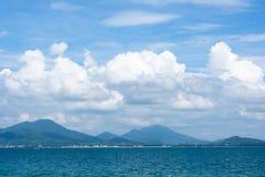 Diep blauwe oceaan en witte wolken Royalty-vrije Stock Fotografie