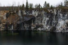 Diep donker meer en de marmeren canion tijdens de vroege lente Royalty-vrije Stock Afbeelding