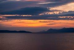 Diep gekleurd sunet over het overzees, blauwe tinten Stock Foto