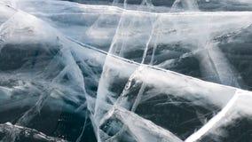 Diep wijd witte barsten op het donkere ijs van het bevroren meer Baikal in Rusland Reis naar de winter Baikal stock foto