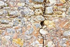 Diepe barst in oude steenmuur - conceptenbeeld royalty-vrije stock foto