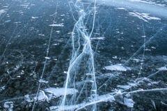 Diepe barsten in het bevroren water van de overzeese baai Royalty-vrije Stock Fotografie