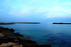 Diepe blauwe Adriatische overzees met een kusthoogtepunt van massieve rotsen royalty-vrije stock foto's