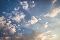 Diepe blauwe hemel en witte wolken royalty-vrije stock foto
