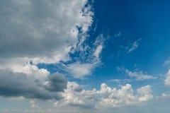 Diepe blauwe hemel en wolken Royalty-vrije Stock Afbeeldingen