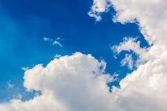 Diepe blauwe hemel en wolken Stock Foto's