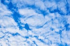 Diepe blauwe hemel met hieronder wolken abstracte achtergrond royalty-vrije stock fotografie