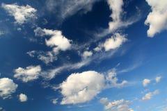 Diepe blauwe hemel met wolken royalty-vrije stock fotografie