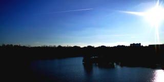 Diepe blauwe hemel royalty-vrije stock afbeeldingen