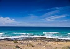Diepe blauwe oceaan en hemel Stock Afbeeldingen