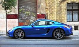 Diepe blauwe Porsche-sportwagen in de straat van Boedapest Royalty-vrije Stock Afbeelding