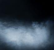 Diepe blauwe rookachtergrond op blac Stock Afbeelding