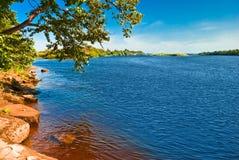 Diepe blauwe Zeya rivierbank Royalty-vrije Stock Foto
