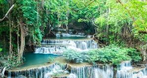 Diepe boswaterval in Huay Mae Kamin Waterfall, Kanchanaburi, Stock Afbeelding