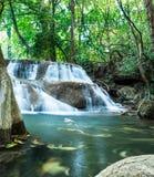 Diepe boswaterval in Huay Mae Khamin Stock Fotografie