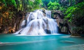 Diepe boswaterval in Huay Mae Khamin, Kanchanaburi-Provincie, Royalty-vrije Stock Fotografie