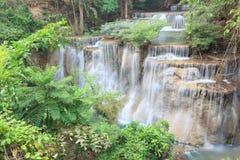 Diepe boswaterval in Kanchanaburi (Huay Mae Kamin) Stock Foto