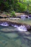 Diepe boswaterval (Waterval Erawan) Royalty-vrije Stock Afbeeldingen