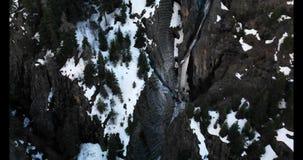 Diepe canion met waterval van smeltende ijs en sneeuw stock footage