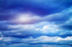 Diepe donkere hemel, onweerswolken Stock Afbeeldingen