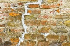 Diepe gevoegde barst in oude bakstenen muur - conceptenbeeld met exemplaar s stock afbeelding