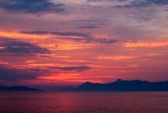 Diepe kleurrijke sunet over het overzees Royalty-vrije Stock Foto