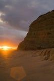 Diepe oranje zonsondergang langs de kust Stock Afbeeldingen