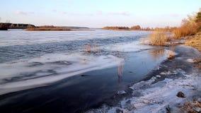 Diepe rivier op de vooravond van ijsafwijking in de lente in Maart stock video