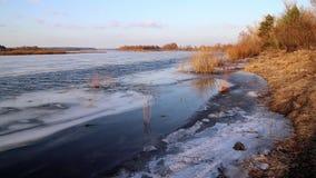 Diepe rivier op de vooravond van ijsafwijking in de lente in Maart stock videobeelden