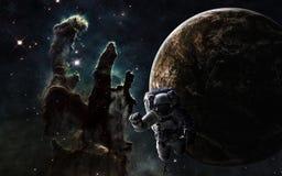 Diepe ruimte Astronaut, exoplanet en Pijlers van Verwezenlijking De elementen van het beeld worden geleverd door NASA Royalty-vrije Stock Foto