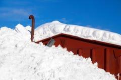 Diepe sneeuw die de helft van een huis in platteland Noorwegen, Europa behandelen stock afbeeldingen
