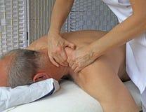 Diepe weefselmassage aan Trapezius-spier Stock Fotografie