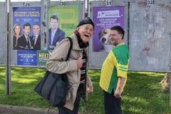 DIEPPE, ФРАНЦИЯ - 15-ОЕ МАЯ 2019: Люди смотрят знамя с выбранными для избраний к Европейскому союзу стоковые фотографии rf