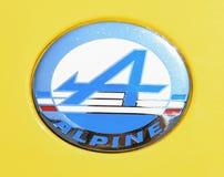DIEPPE, FRANÇA - 30 DE JUNHO DE 2018: Logotipo do modele A310 do carro de Renault Alpine do vintage 1971-1985 dos anos e de carro Imagens de Stock Royalty Free