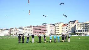 Dieppe Frankrike - September 11, 2018: Konkurrens mellan skolor av luftdrakarna stock video