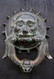 Dierlijke deurkloppers op een rustieke deur houten deur Stock Foto