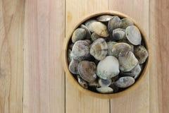 dierlijke overzees van GERIBBELD VENUS CLAM in houten schotel stock foto