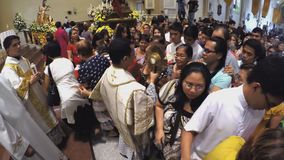Dieron los devotos católicos oportunidad de besar el monstrance santo almacen de metraje de vídeo