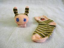 Schläfriges Kaninchen gemacht durch Socken Stockfotos