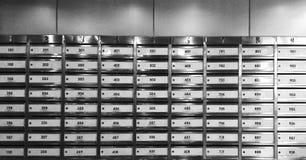 Diese Postkästen werden mit drei Digits nummeriert und alle sie werden geschlossen lizenzfreie stockbilder
