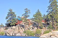 Sommer-Kabinen auf dem See Stockfotos