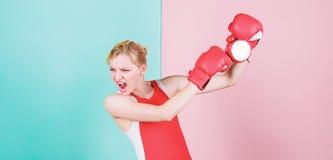 Diese Uhr gibt den falschen Moment Sportlerin, die eine Uhr locht Emotionale Frauenholdinguhr in den Boxhandschuhen nett lizenzfreies stockbild