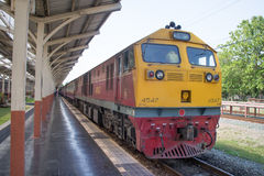 Diesel κινητήριο αριθ. της Γερμανίας 4547 τραίνο αριθ. 52 από Chiangmai στην απαγόρευση Στοκ Εικόνες